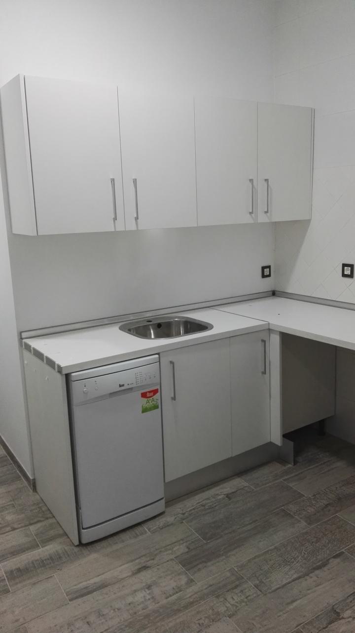 """Una pequeña pero """"cuqui"""" cocina blanca – AXIS Carpintería y diseño"""